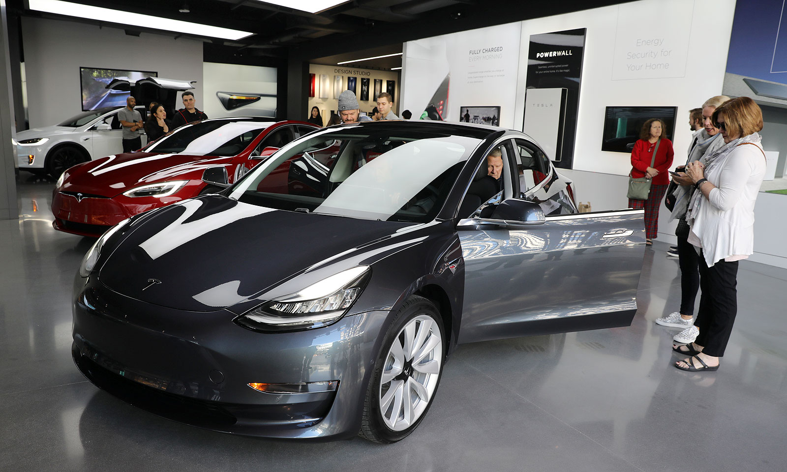 Tesla U S Sales Hit 200 000 Lowering Tax Credit For Future Buyers